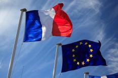 Drapeaux France et Europe dans le vent